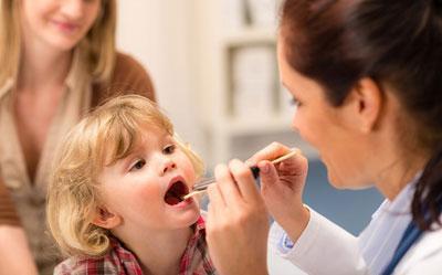 Обследование горла ребенка