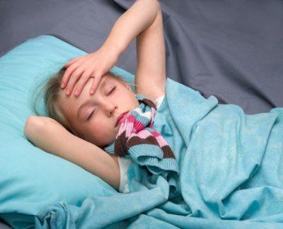 Ребенок лежит в постели
