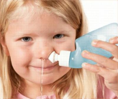 Промывают носоглотку с помощью чайничка нети ребенку