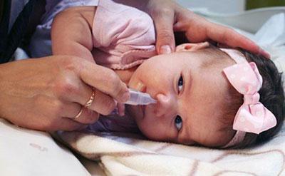 Капать нос ребенку