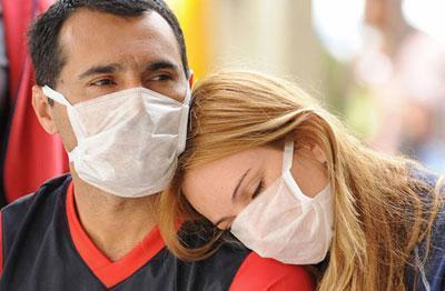 Пара в медицинских масках