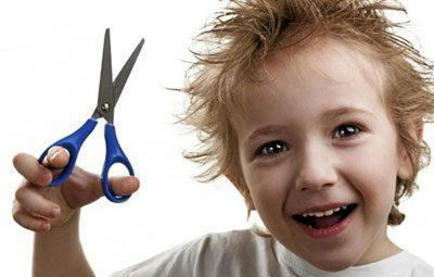 Ребенок с острыми ножницами