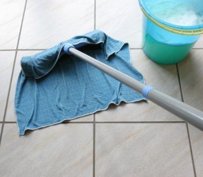 Необходимо проводить ежедневную влажную уборку комнаты