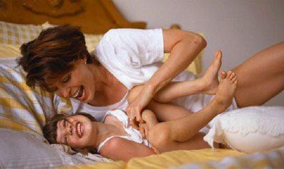 Мама щекочет ребенок