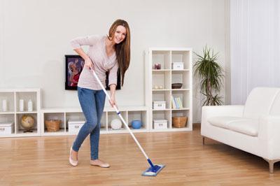 Влажная уборка в комнате