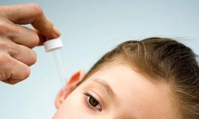 Капать лекарство в ухо