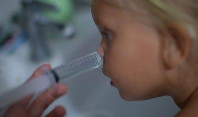 Промывание носа при помощи шприца