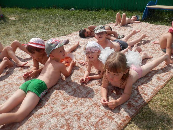 Солнечные ванны для ребенка