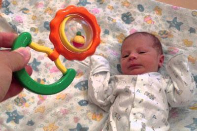 Проверка слуха у новорожденного