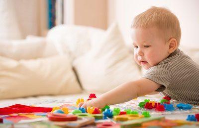 Ребенок и мелкие игрушки