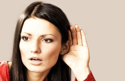 Девушка плохо слышит