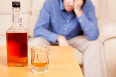 Бутылка с алкоголем на столе