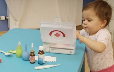 Ребенок берет лекарства