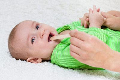 Красное горло у новорожденного чем лечить комаровский. Как и чем лечить больное горло новорожденному грудничку