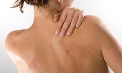 Боль в спине при простуде: в области лопаток, при кашле, причины и лечение