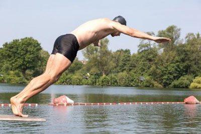 Мужчина прыгает с вышки