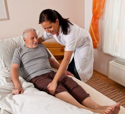 Лежачему больному регулярно делают массаж,