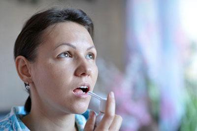 Лечение горла при помощи спрея