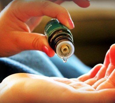 Мажут эфирное масло в кожу
