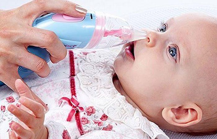 Очистка носа ребенка аспиратором