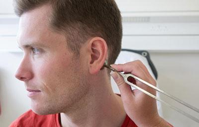 Проверка слуха при помощи камертона