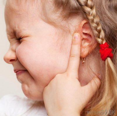 Острая боль в ухе у ребенка