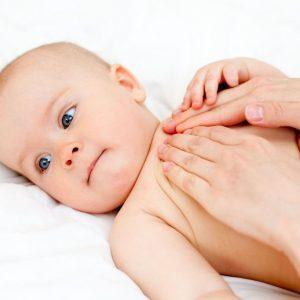 Растирание мазью груди ребенка