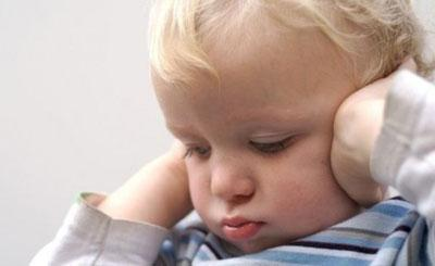 Ребенок закрывает руками уши