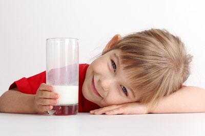 Теплое молоко ребенку