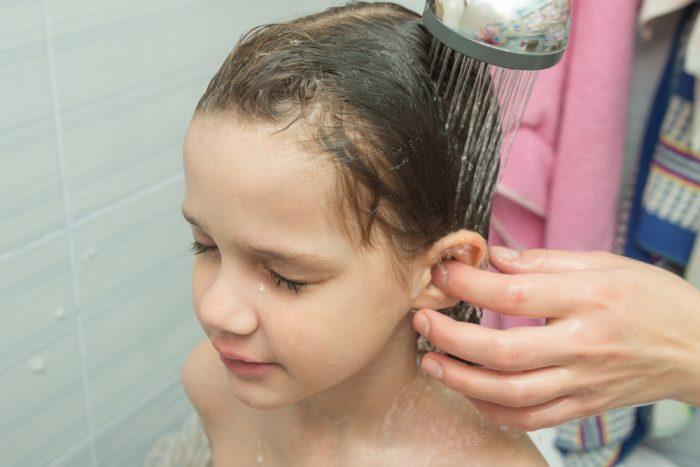 Мыть за ушами с мылом