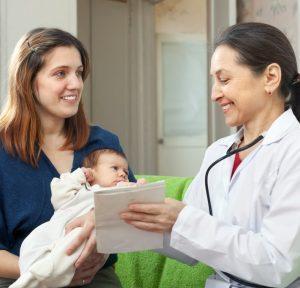 Педиатр с младенцем