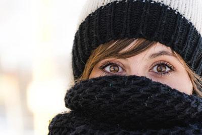 Прикрыть нос шарфом