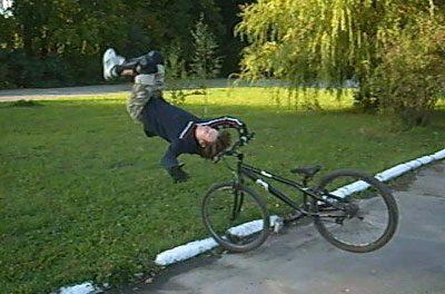 Ребенок падает с велосипеда