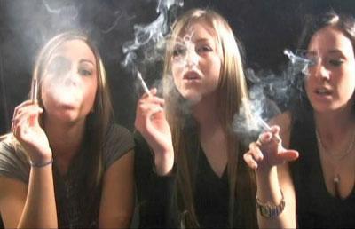 Девушки курят