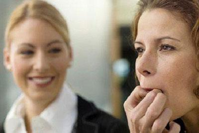 Женщина свистит