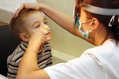 Осмотр носа ребенка
