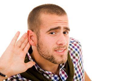 Парень плохо слышит