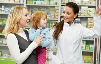 Мама с ребенком в аптеке