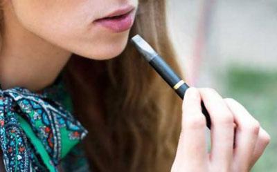Электронная сигарета у девушки